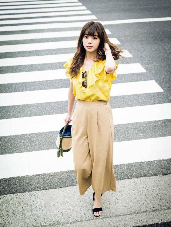 黄色のお洋服の池田エライザ