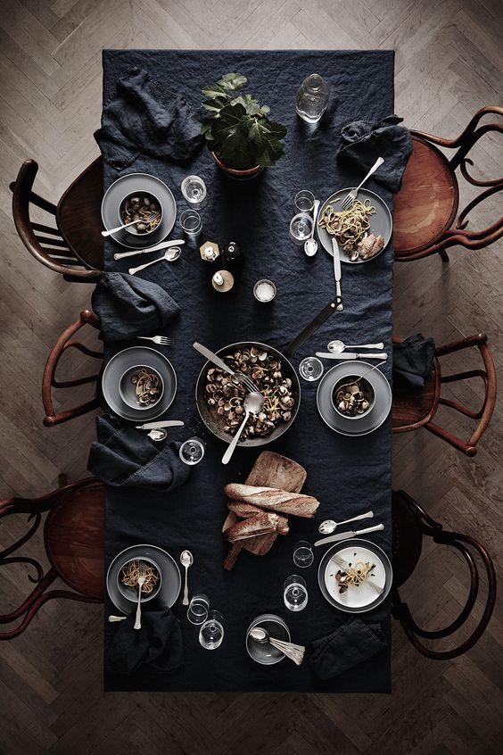 Dukning i linne och grått. Grått golv, mörkt bord, bruna stolar: