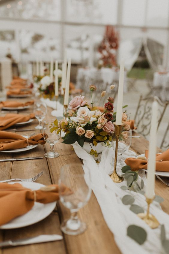 Wedding reception table set with fall colors | Image by Alex Mari Photography
