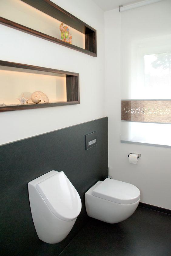 das g ste wc mit wc und urinal wird beiden geschlechtern. Black Bedroom Furniture Sets. Home Design Ideas