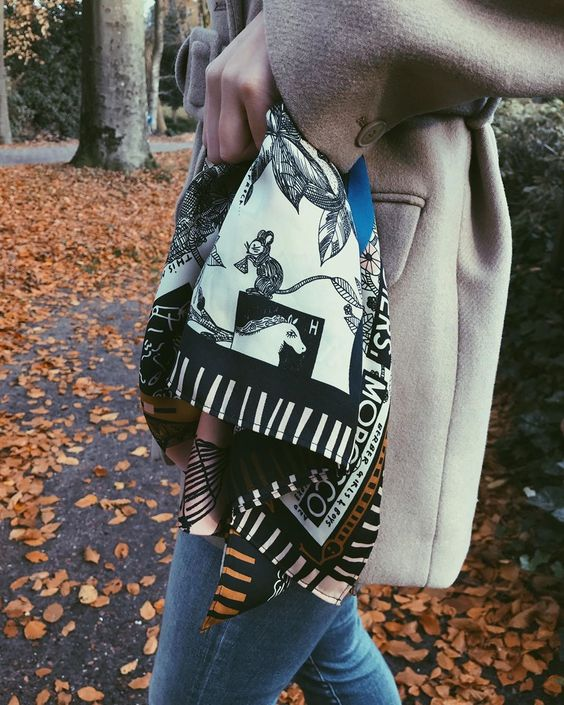 Artsy🎨👩🏼🎨 @scotch_official #scotchonme • #artwork #artprint #artsy #art #scarf #printedscarf #scotchandsoda #details #outfitdetails #ootd #inweekday #coat #fall #autumn #autumnstyle #falloutfits