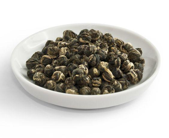 """T-Bar Taste No 08 """"Jasmin Pearls"""" - lose: Diese Perle der Teekunst wird in China besonders wichtigen Gästen als Ehrerbietung angeboten. Für die Herstellung werden Teeblätter mit frischen Jasminblüten gemischt (damit das Jasmin-Aroma aufgenommen wird) und anschließend wieder aussortiert. Dieser Prozess wird bis zu 7 x wiederholt, dann werden die Teeblätter zu kleinen Kugeln gerollt. Dadurch erhält der Tee seinen sehr weichen, milden Geschmack mit der charakteristischen, zart-blumigen…"""