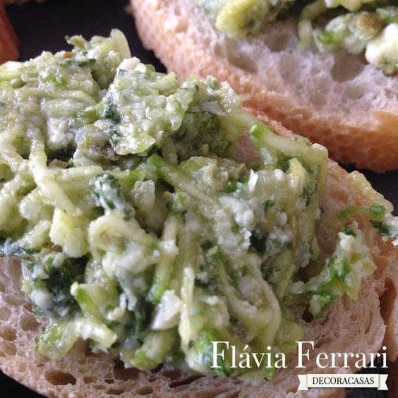 """bruschetta verde – deliciosa, de abobrinha que faço há um tempão. Dá para ser feita """"de véspera"""" e deixar em geladeira, só esperando a hora mágica de servir."""