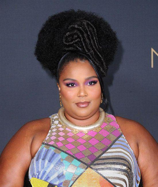Beleza de Lizzo para o NAACP Awards 2020. Vestido Mary Katrantzou