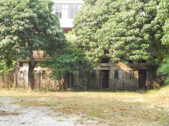 Google Afbeeldingen resultaat voor http://upload.wikimedia.org/wikipedia/commons/4/4d/HK_Nos_31-35_Hau_Wong_Temple_New_Village_Old_House.JPG