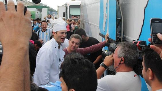 Ashton Kutcher e Luciano Huck causam tumulto em 'acampamento' de argentinos no Sambódromo