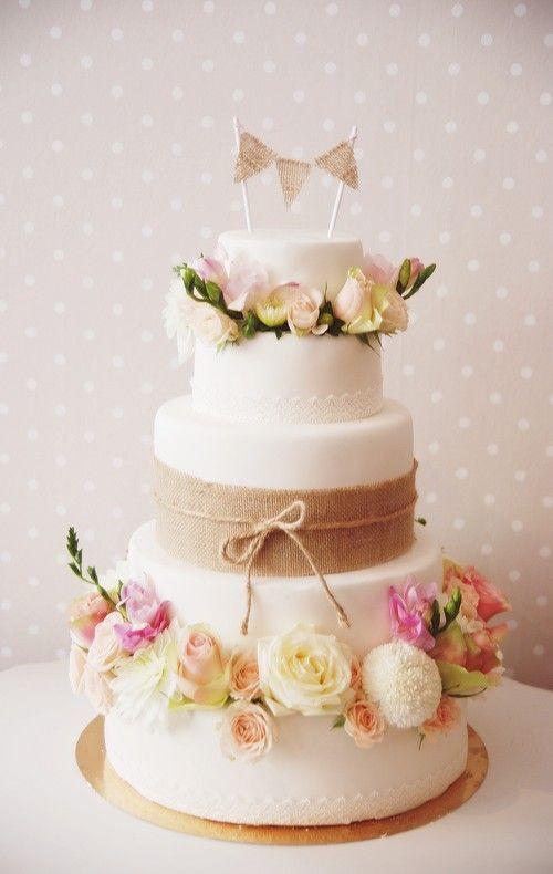 Un wedding cake ambiance champêtre avec fanions, toile de jute et fleurs des champs- Vintage Style Wedding Cake