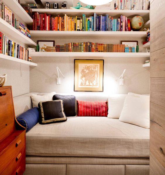 Um cantinho para relaxar e mergulhar no mundo maravilhoso dos livros. Um cafezinho também vai bem