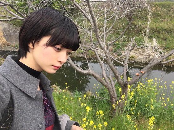 小川の横に立つ田中真琴
