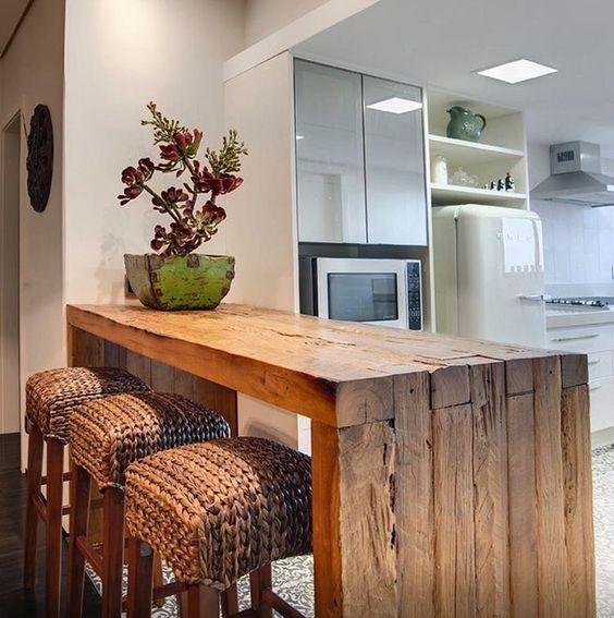 """""""Fugindo do lugar comum: bancada da cozinha americana em madeira de demolição. Bela inspiração. Projeto Eduarda Correa"""":"""
