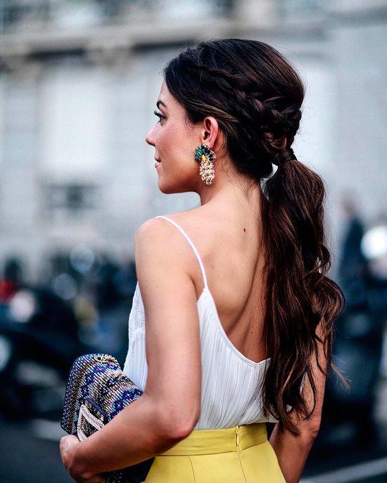 Peinados que te salvarán dependiendo el largo de tu pelo - Pelo largo y midi: Cola alta con trenza | Galería de fotos 4 de 13 | Vogue