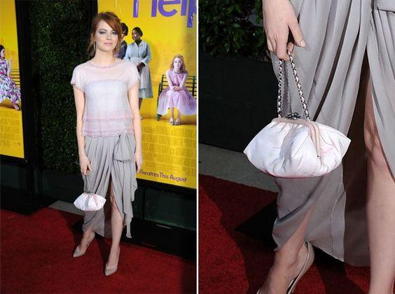 Nem só de clutchs vivem os tapetes vermelhos. Emma Stone usou uma pequena bolsa branca Chanel com alça curta de corrente