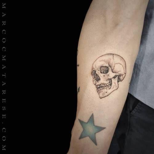 Tattoo Tatuaje De Calavera Pequeno Tatuajes Pequenos Cuello Craneos Y Calaveras