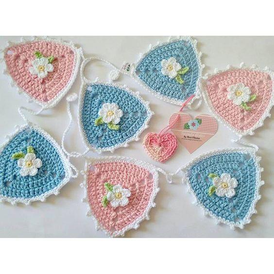 Essa fofura vai partir para a dona hoje...amei fazer e tá difícil desapegar  #varaldecrochet #crochet #tecendoartes #semprecirculo #fofurices #varalzinho #banderolas #decoracao #encomendas by roseoliveira_tartes