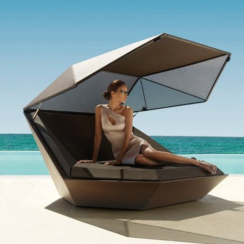 In use- YLiving sale. 20% on Vendom Faz Daybed w/ parasol. 6640 (reg 83)