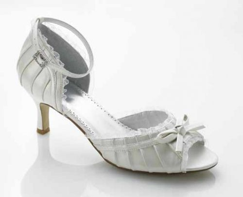 Søt sko med plissekant i organsa. Farge: Ivory. Hælhøyde: 5cm.