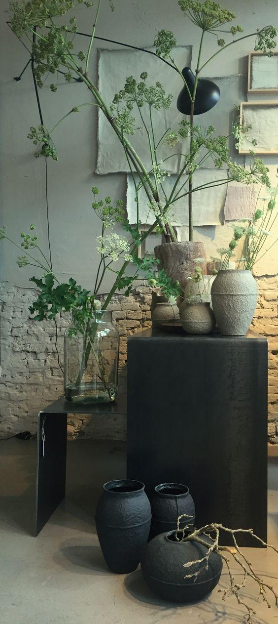 Vazen van glas, papierpulp en keramiek en antieke vijzels, zeeer geschikt voor de berm-oogst van vandaag!-Vases of glass, paper pulp and ceramics and antique augers Zeeer suitable for roadside-harvest today!