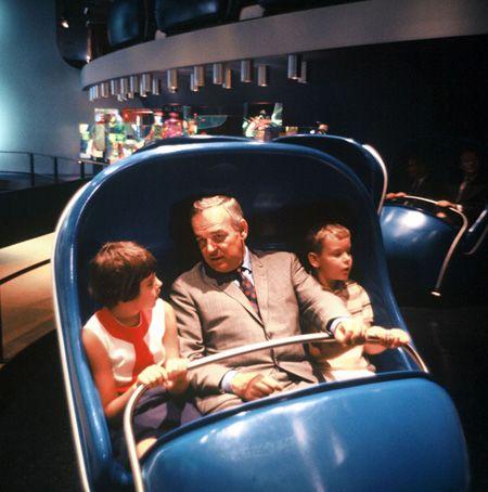 Rainier III, Prinz von Monaco, Reiten Disneyland California neueste Attraktion an der Zeit, Abenteuer durch Inner Space mit seinen Kindern, Prinzessin Caroline und der kürzlich wed Prince Albert, 1967