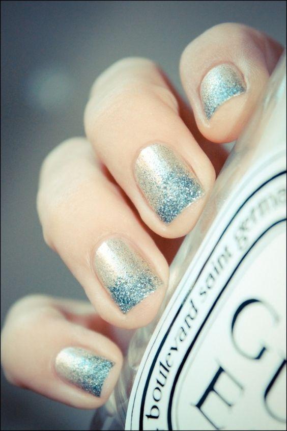 idée de déco ongles pour l'été avec un vernis à paillettes en couleur bleue