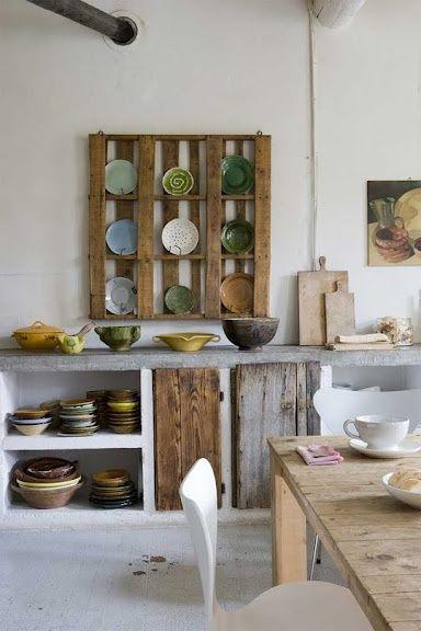 Stoere keuken van beton en hout, rekje gemaakt van oude pallet ...