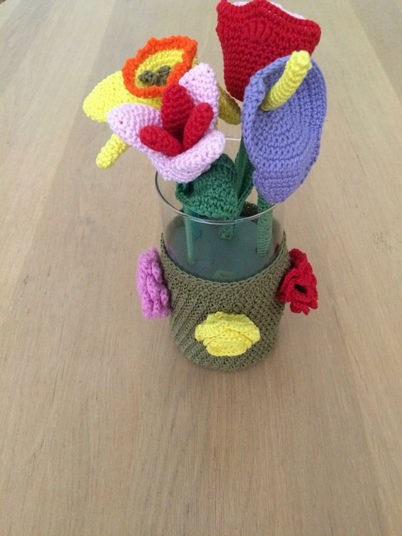 Rita van Someren maakte deze bloemenvaas omgehaakt en er gehaakte bloemen in gedaan. Gemaakt met Catona katoen. Patroon heet Mason Jar Cozy en is te vinden onder Little Monkeys Crochet (nederlandse vertaling door mij gedaan).  https://www.de-wolman.nl/zomer-garen/katoen/scheepjes-catona-glans-katoen-50-gram