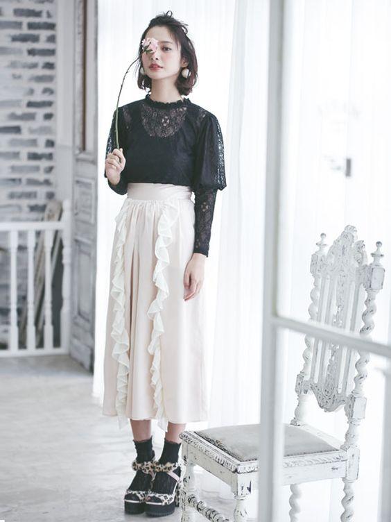 定番の白にするならフリルつきスカート