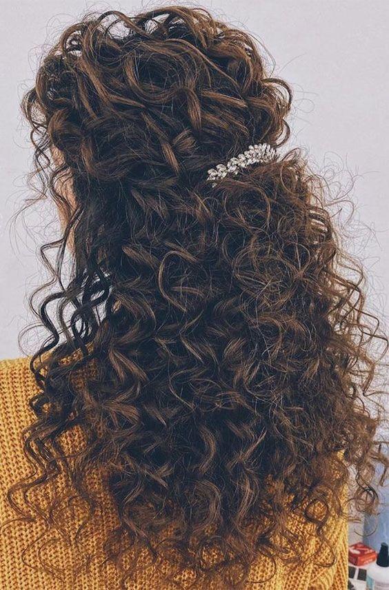 penteados cabelo cacheado com presilhias de flor