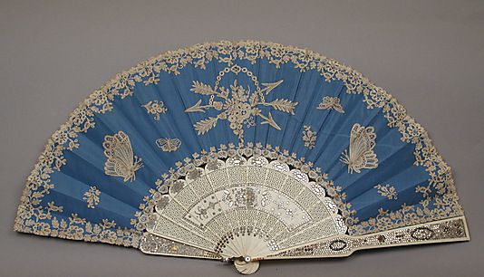 1870 tafetán de seda, encaje de bolillos, marfil, acero y Fan madre-de-perla por A. Rodien, francés. Via MMA.
