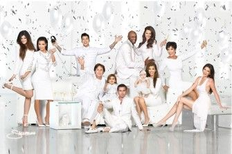 Die alljährliche Kardashian-Weihnachtskarte ist da und es gibt wieder Anlass zur Spekulation. Wer hineingephotoshoppt wurde und wer ganz auf dem Familienfoto fehlt, verraten wir HIER: