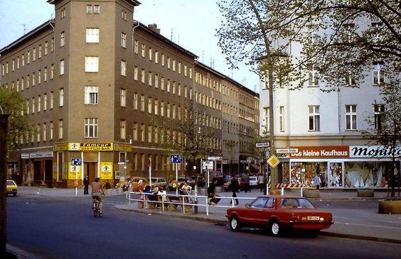 """An der Skalitzer Straße Ecke Lübbener Straße und Wrangelstraße befand sich damals noch ein kleines Kaufhaus mit Haushaltszubehör, ihm gegenüber lag die Sex-Film-Bar """"l`amour"""". Beide Läden sind heute verschwunden."""