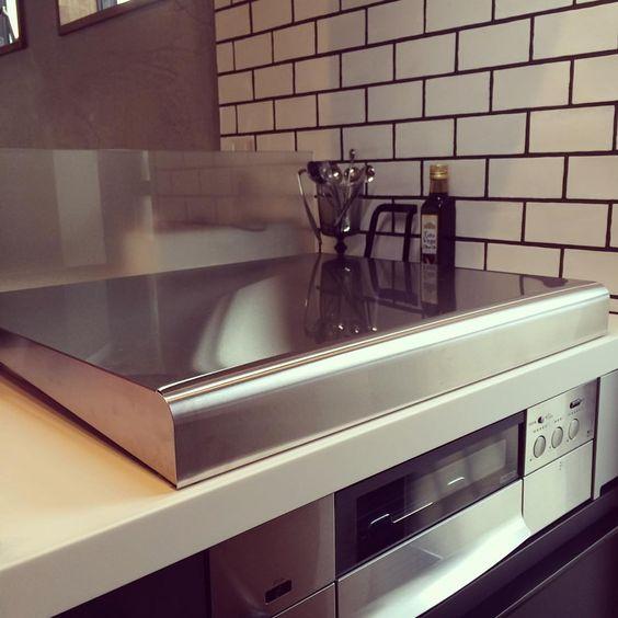 ねこ避けの為に買った#コンロカバー  火を使ってる時は気を付けて見張ってるけど、余熱が冷めるまで見張るのは大変なので これ、お子さんがいる家庭にも良さそうです‼️ 使う時は向こう側に立てる感じになるので、うちみたいな#オープンキッチン には油避けになっていい‼️ #レンジフード と#コンロ に合わせて#ステンレス 素材にしました ステンレスによくあるお悩みの手垢や油汚れはコストコに売ってる#ハウスホールドワイプ  というウェットティッシュですぐにピカピカになるよ〜❤️ フタをしてると物も置けて作業スペースが増えるのもいいね❤️ ・  #キッチン #リクシル #カウンターキッチン #ガスコンロ #新築戸建て #注文住宅 #一戸建て #lixil #アレスタ #夏山邸記録 #キッチンタイル