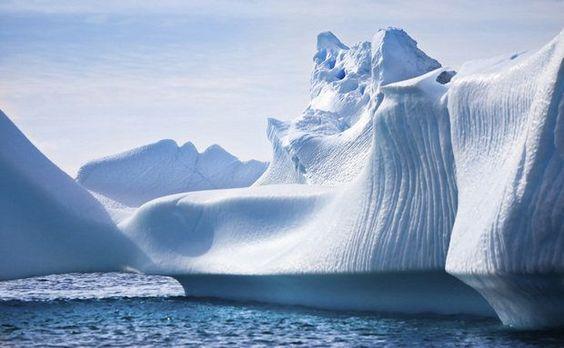 Icebergs com tons variados de azul podem ser vistos às centenas na Antártida