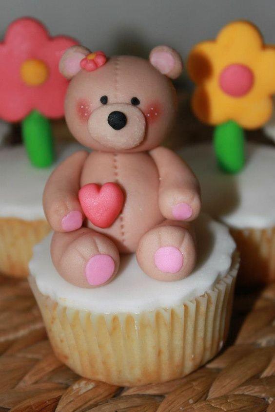 Cupcakes 3 leites, forrados com fondant e com ursinhos e flores feitos em massa de açúcar!