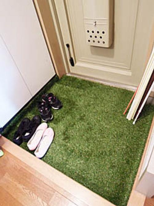 人工芝をインテリアに 100均の人工芝で作るおしゃれ空間 Weboo ウィーブー 暮らしをつくる インテリア 人工芝 玄関 人工芝