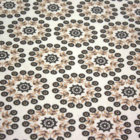 """Tissu de coton Azulejos """"Lisbonne"""" à fleurs crème et taupe, fond blanc"""