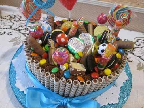 Torta para cumplea os de ni os con golosinas y chocolates for Tortas decoradas faciles