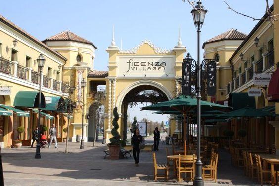 Fidenza Village Chic Outlet Shopping, a uma hora de Milão, reune os melhores nomes da moda italiana com descontos que chegam a 70%.