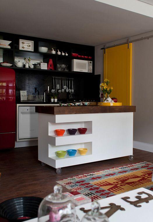 geladeira vermelho. porta correr amarelo  ACHADOS DE DECORAÇÃO