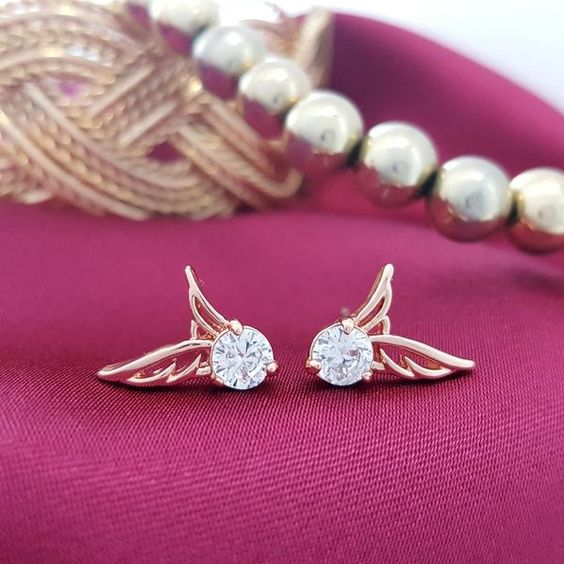 Rose Gold Angel Wings of Clarity #Earring bestows the beauty and elegance of a women with its classic design. The stunning feather details and shimmery zircon looks mesmerizing, it reflects the beauty of feminism from every nook and corner. Stay blessed and beautiful with Lindastars! #earringsonline https://www.lindastars.com/collections/together-for-ever-collection/products/angel-wings-of-clarity