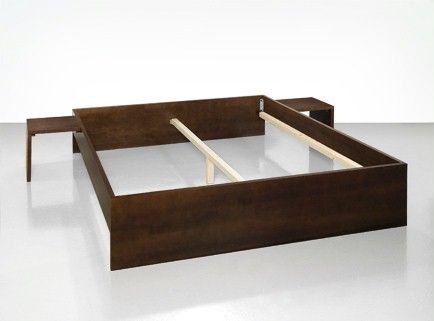 | Cama de design minimalista | «Simples e minimalista» é uma tendência do design de mobiliário que se tem vindo a manter ao longo dos anos. Por isso, desenhámos esta cama rebaixada, que se limita aos componentes estritamente necessários. Duas mesas de cabeceira, também elas fáceis de construir, completam a oferta.A cama é formada por uma estrutura simples. As placas laterais, assim como a cabeceira e os pés da cama são unidos pelas denominadas ferragens para cama; a barra de suporte com pé…