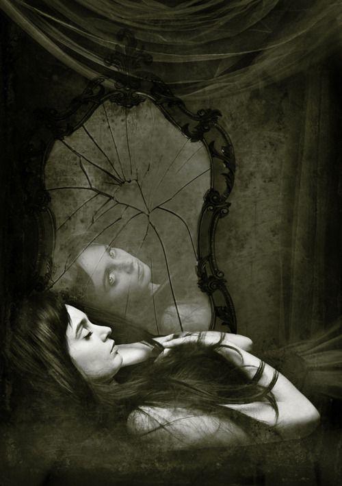 Lebendig im Spiegel / Tot in der Wirklichkeit
