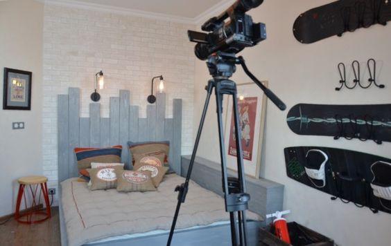 Женя Жданова дизайнер - Концепция для спальни - Цвет - Деревянное изголовье - Подушки - Использование спортинвентаря в качестве декора
