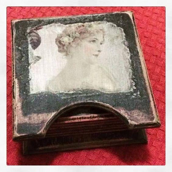Apoio de copos no tema damas antigas! Envelhecido e totalmente vintage! #FeitoaMão #Artesanato #Artes #DiaDasMães #AceitoEncomendas #Ladys #Vintage #DeÉpoca #Epoque #DamasAntigas #MDF #ParaCasa #Decoupage #Decor #Decoração #ScrapBook #ScrapDecor #Scrap #Paper #Craft