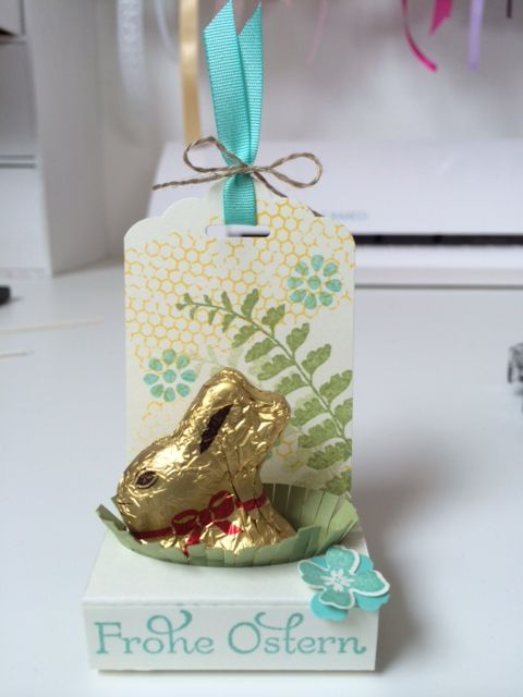 In wenigen Tagen ist Ostern, Zeit noch ein paar kleine Geschenke zum Mitbringen zu basteln. Gerade für so Kleinigkeiten find ich die Anhängestanze von Stampin' Up! ja super! Die kleinen Schok…