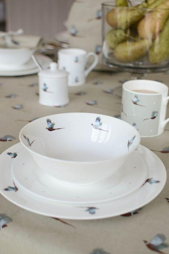 Zarte Vögel verleihen dem Geschirr ein edles Aussehen. #birds #livingroom #furniture #home #homestory #interior #decoration #accessoires