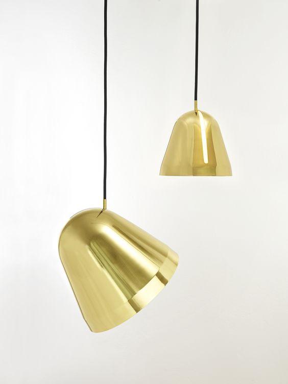 Nyta Tilt Brass - Pendelleuchte Tilt gibt offenes, weiches Licht dorthin, wo es gewünscht ist. Mühelos und intuitiv lässt sich der Schirm mit nur einem Handgriff und ohne Hilfsmittel entlang der langen Öffnung in alle Richtungen schwenken und drehen. Gleich einer Schale, die man um die Lichtquelle bewegt, sammelt er das Licht und lenkt es in den Raum oder auf das zu beleuchtende Objekt.