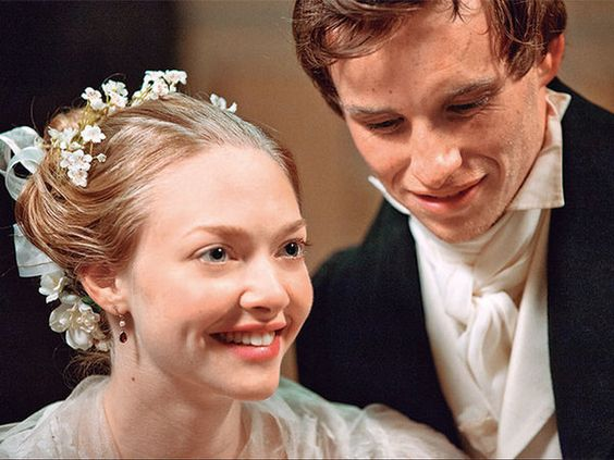 2012年公開のトム・フーバー監督による『レ・ミゼラブル』。アマンダ・サイフリッド演ずるコゼットの結婚式での愛らしいシーン。小花を散らしたへアスタイルがなんとも可憐。