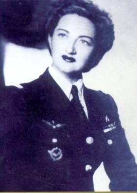 Margot Duhalde Sotomayor tenía apenas 16 años en 1938, pero en su postulación al Club Aéreo de Chile dijo que superaba los 20 para poder realizar el curso de piloto. Cuando cumplió los 18, le dijo a sus padres que viajaría a Canadá para trabajar como instructora de vuelo, pero su viaje realmente era a Europa, donde se integró como piloto de las Fuerzas Francesas Libres de Charles DeGaulle.Durante los cinco años que duró la Segunda Guerra Mundial, Margot Duhalde pilotó más de 100 tipos de…