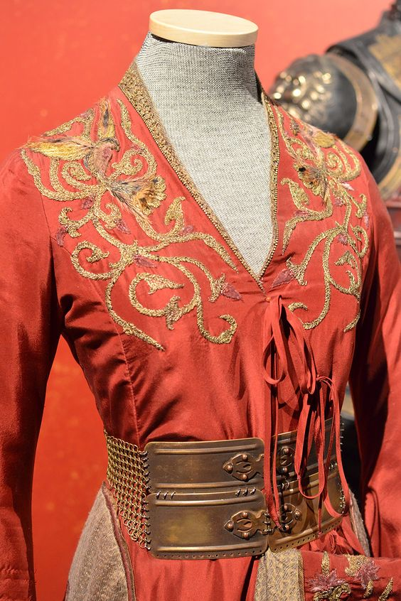 broderie robe rouge