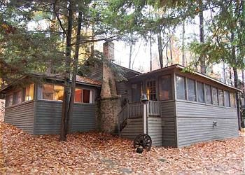 Blue Jay: a classic 3 BR, 2 BA vacation rental cottage on Big Glen Lake in Glen Arbor. Offered by Leelanau Vacation Rentals: www.lvrrentals.com.